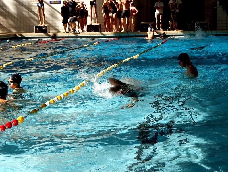 Nauczą dzieci pływać