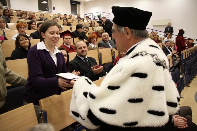 Absolwenci WWSZiP odebrali dyplomy – zobacz zdjęcia