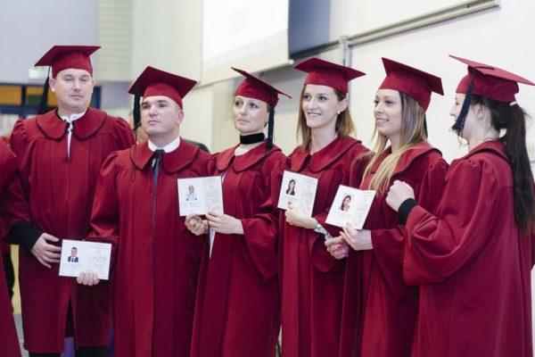 Absolwenci odebrali dyplomy – ZOBACZ ZDJĘCIA
