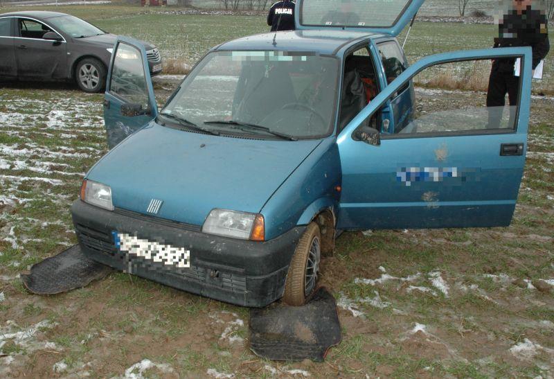 Ukradli auto, ale ugrzęźli nim w polu