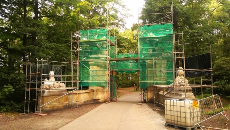Remontują parkową bramę w Książu