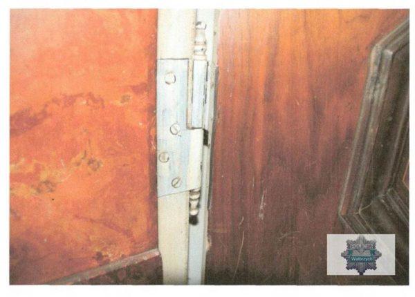 zniszczone_drzwi