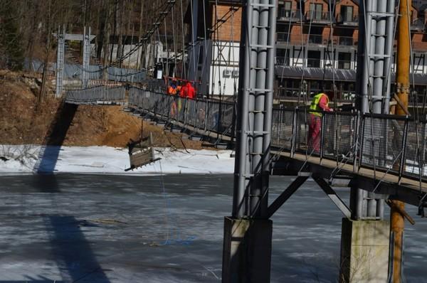 Znika wiszący most w Zagórzu Śląskim