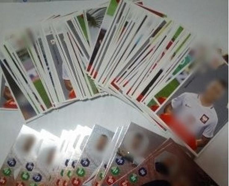 Ukradła naklejki i karty z piłkarzami