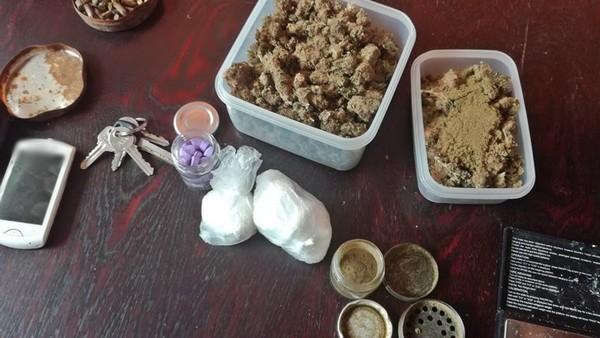 Narkotyki i amunicja w bloku na Podzamczu