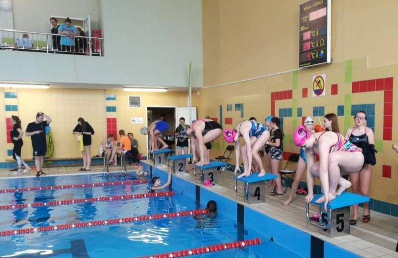 Szkolne pływanie jak zawodowe ściganie