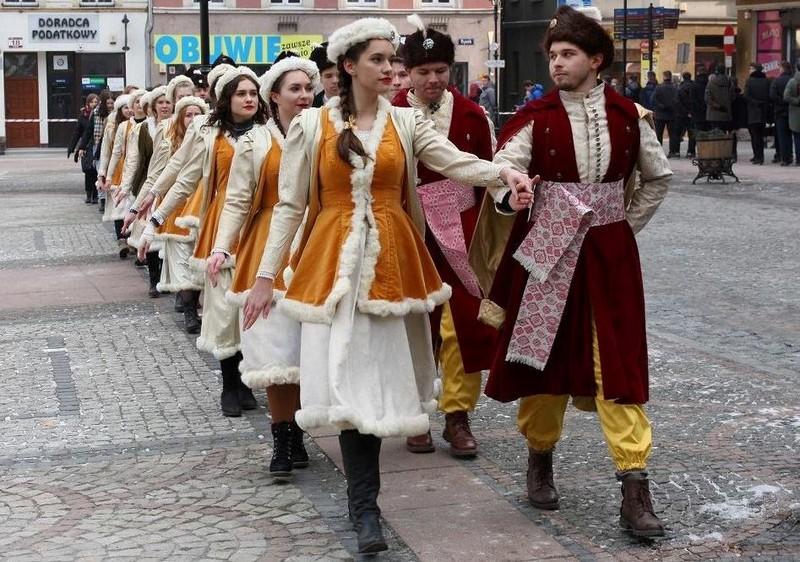 Tradycyjny polonez maturzystów
