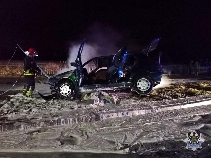 """Samochód zapalił się po tym jak """"ściął"""" latarnię"""