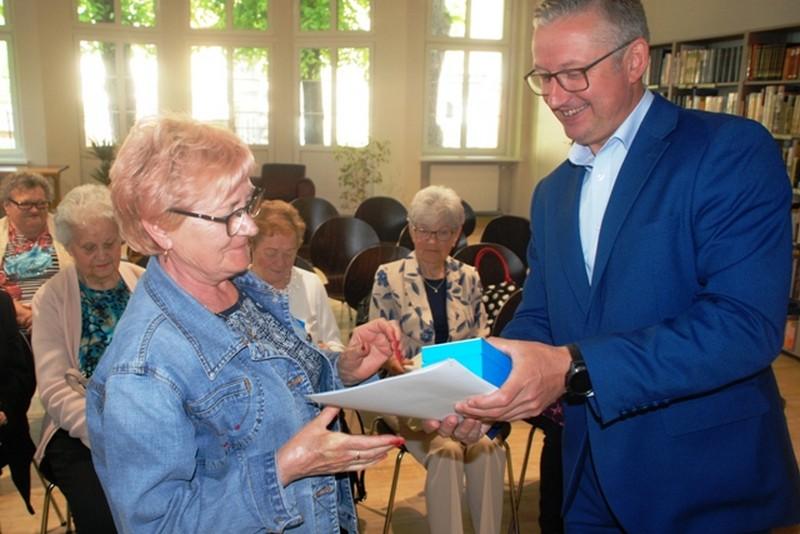 Bransoletki pomogą osobom starszym