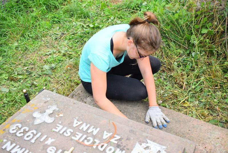 Bezinteresownie posprzątali groby
